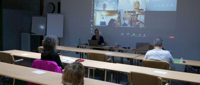 Hybride Veranstaltung: Teilnehmer vor Ort und am PC